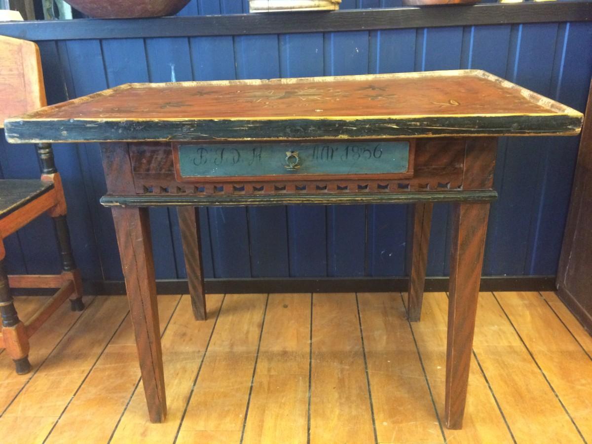 Bord datert 1836. Det er fyllinger på alle sider i sargen som er dekorert og rosemalt plate. L102 cm. B. 65 cm. Kr. 18.800.