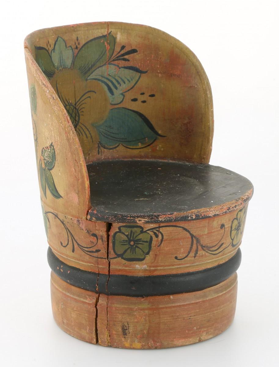 Miniatyr kubbestol fra Numedal. Trolig malt av Sebjørn Kverndalen. Kr. 3800