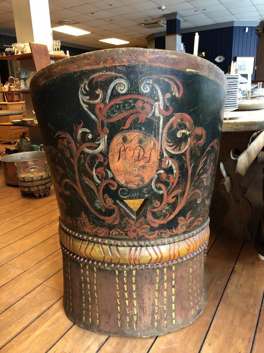 Stor Rosemalt kubbestol fra Telemark. Kr. 32.000